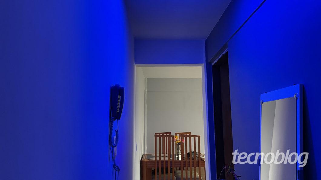 Smart Lâmpada Wiz A60 em azul (Imagem: Darlan Helder/Tecnoblog)