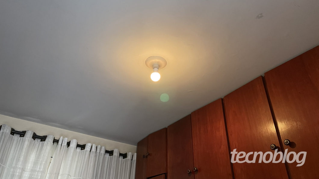 Smart Lâmpada Wiz A60 em laranja (Imagem: Darlan Helder/Tecnoblog)