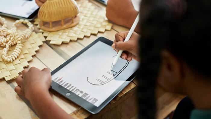 Aluna desenha com Apple Pencil no iPad rodando Adobe Photoshop Sketch (Imagem: Divulgação)