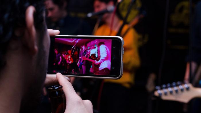 Celular gravando um vídeo (Imagem: Frederick Medina/Unsplash)