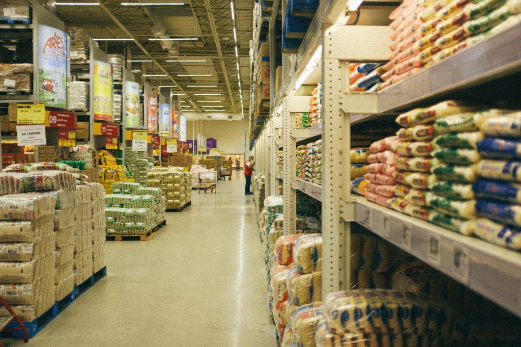 Lojas físicas viraram centros de distribuição para vendas online (Imagem: Dennis Siqueira/Unsplash)