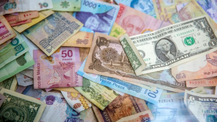 Dinheiro do mundo (Imagem: Jason Leung/Unsplash)