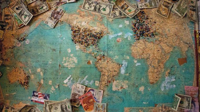 Dinheiro para o exterior (Imagem: Christine Roy/Unsplash)