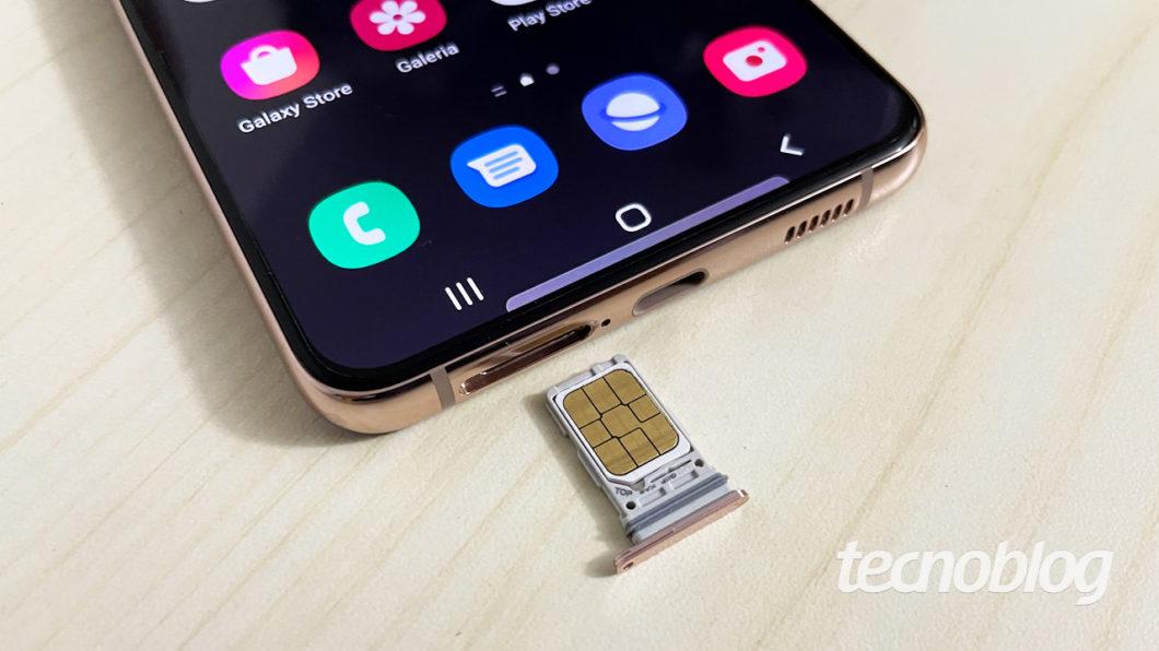 Gaveta de chips do Samsung Galaxy S21+ (imagem: Emerson Alecrim/Tecnoblog)
