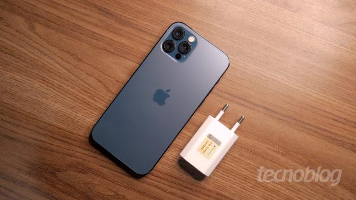iPhone 12 Pro e carregador de tomada (Imagem: Paulo Higa/Tecnoblog)