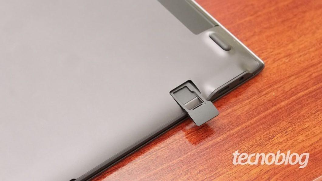 Slot para microSD no Book S (imagem: Emerson Alecrim/Tecnoblog)