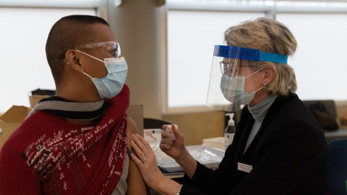 Tecnologia blokchain permite a verificação do status de vacinação contra COVID-19 (Imagem: Province of British Columbia/Flickr)