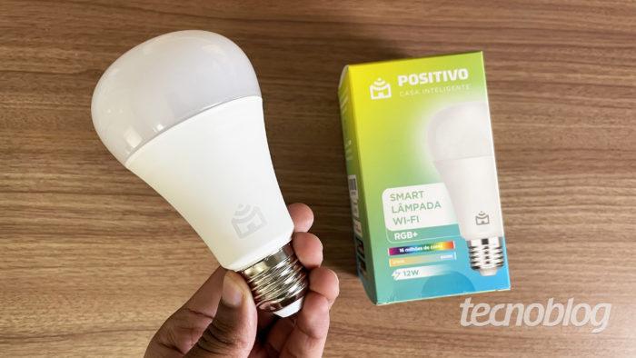 Nova Smart Lâmpada Positivo Wi-Fi RGB (Imagem: Darlan Helder/Tecnoblog)
