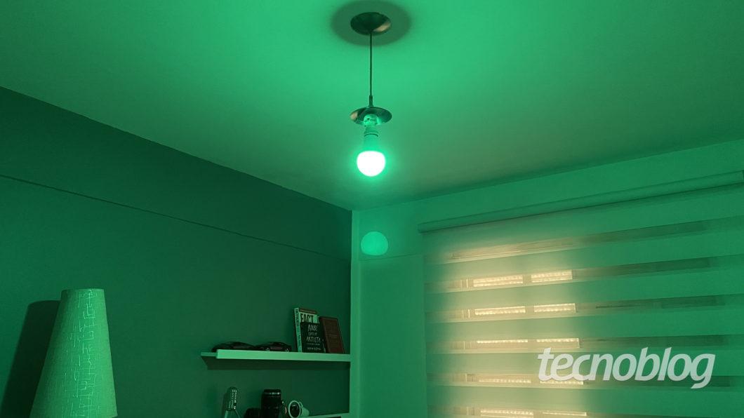 Smart Lâmpada Multilaser Liv em verde (Imagem: Darlan Helder/Tecnoblog)