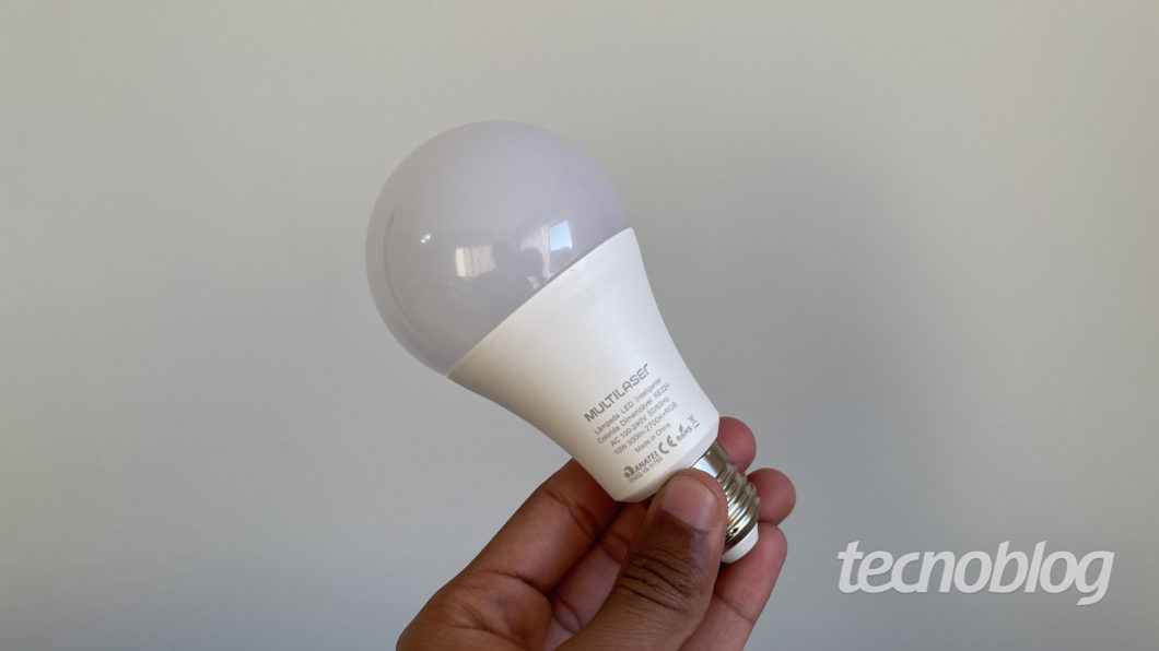 Smart Lâmpada Multilaser Liv (Imagem: Darlan Helder/Tecnoblog)