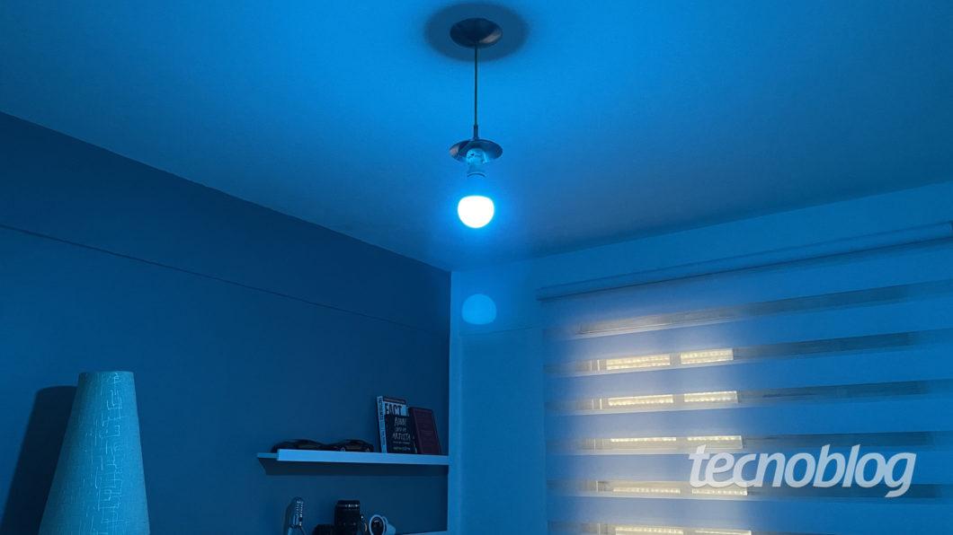 Smart Lâmpada Multilaser Liv em ciano (Imagem: Darlan Helder/Tecnoblog)