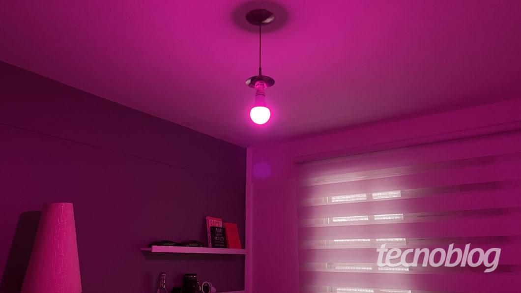 Smart Lâmpada Multilaser Liv em rosa (Imagem: Darlan Helder/Tecnoblog)
