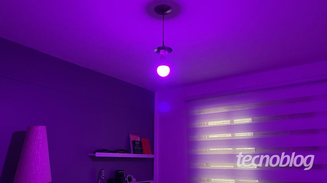 Smart Lâmpada Multilaser Liv em lilás (Imagem: Darlan Helder/Tecnoblog)