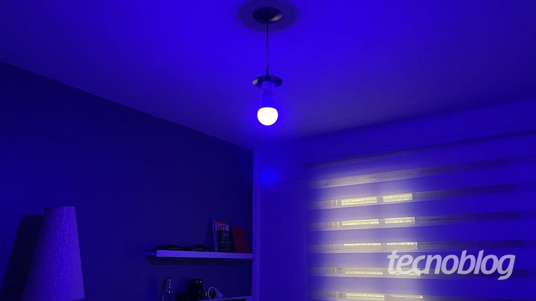 Smart Lâmpada Multilaser Liv em azul (Imagem: Darlan Helder/Tecnoblog)