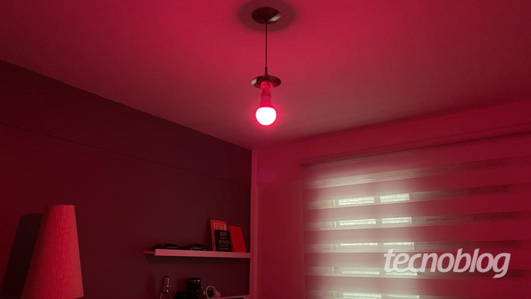 Smart Lâmpada Multilaser Liv em vermelho (Imagem: Darlan Helder/Tecnoblog)