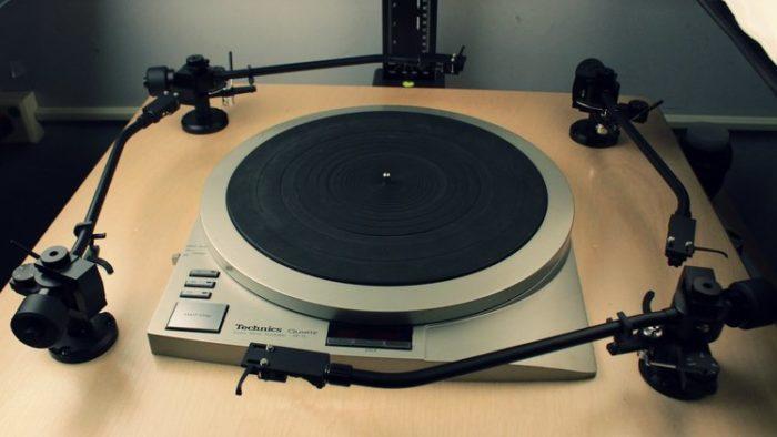 Toca-discos Technics com 4 braços (Imagem: Divulgação / George Blood LP)