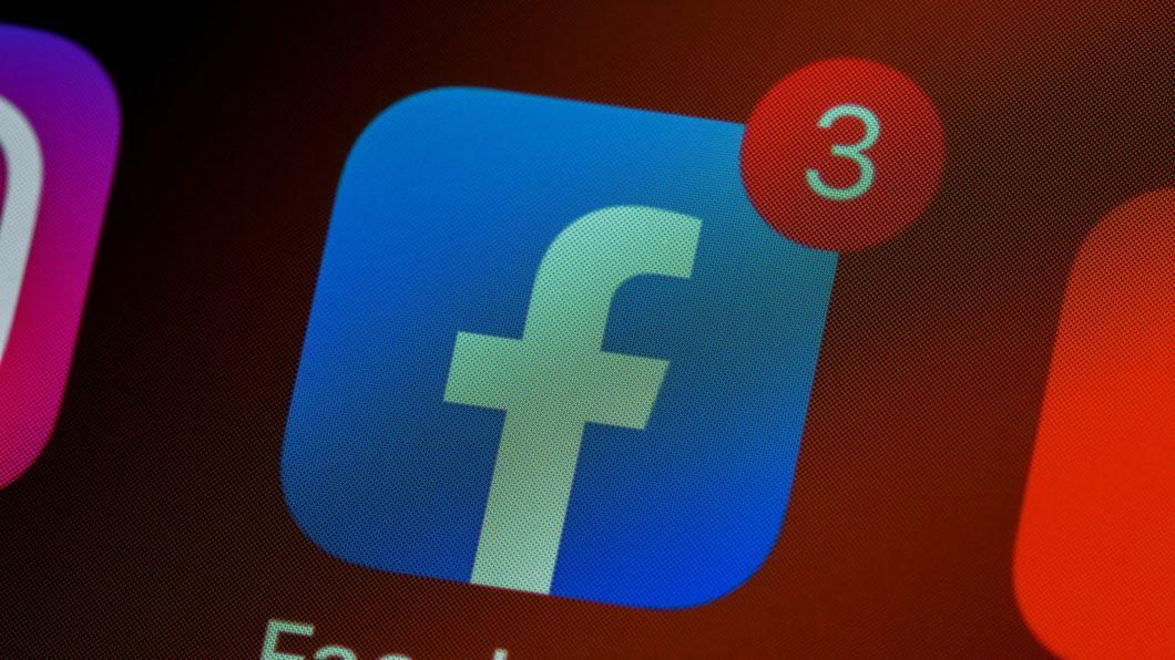 App do Facebook na tela inicial do iPhone (Imagem: Brett Jordan/Unsplash)