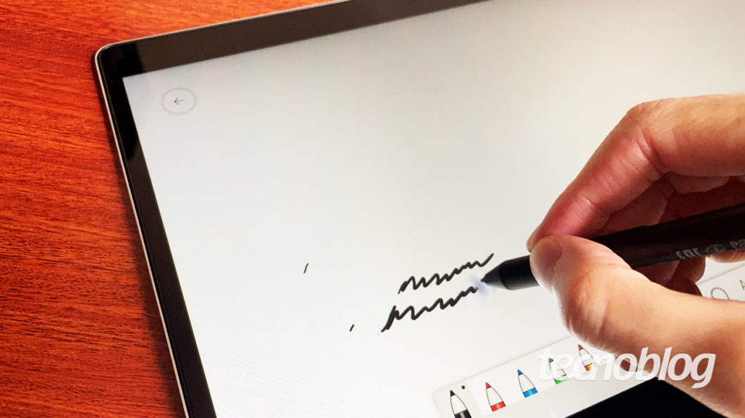 A stylus do Probook X360 deixa marcas na tela que somem rapidamente (imagem: Emerson Alecrim/Tecnoblog)