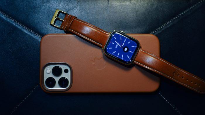 iPhone e Apple Watch (Imagem: Tim Alex/Unsplash)