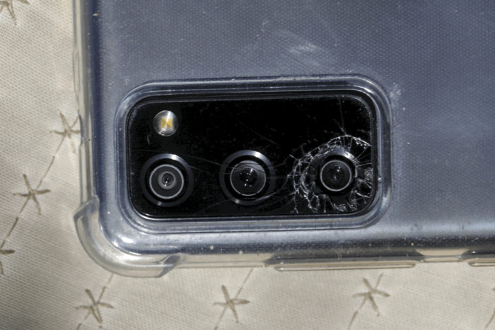 Galaxy S20 com a câmera quebrada (Imagem: Reprodução/Hagens Berman)