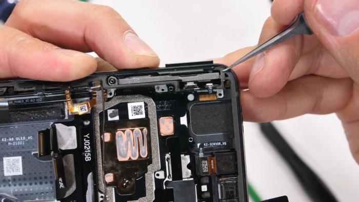 Desmanche do <a href='https://meuspy.com/tag/Xiaomi-espiao'>Xiaomi</a> Black Shark 4 (Imagem: Reprodução/JerryRigEverything/YouTube)