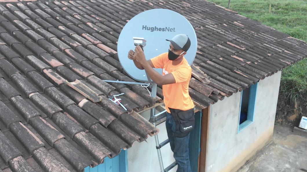 Instalação de antena da HughesNet (Imagem: Divulgação)