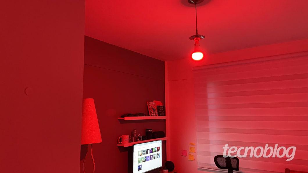 Smart Lâmpada Positivo Wi-Fi RGB+ (Imagem: Darlan Helder/Tecnoblog)