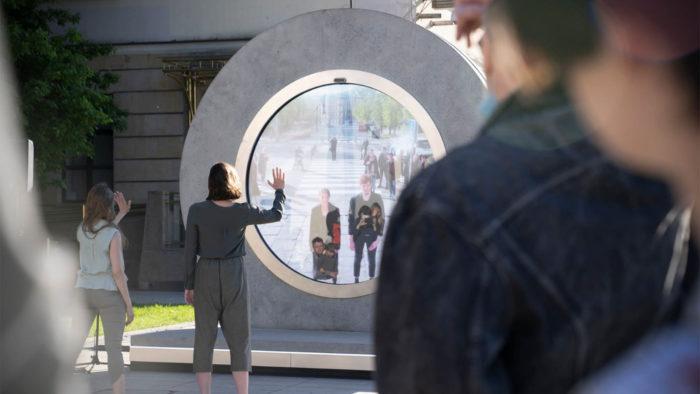 Residentes usam portal em Lublin, na Polônia para falar com Vilnius, na Lituânia (Imagem: Crossroads/Divulgação)