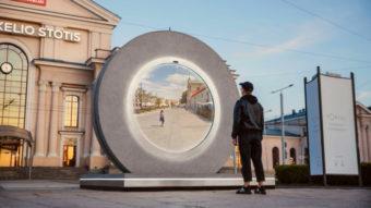"""Portal """"sci-fi"""" transmite imagens ao vivo entre cidades a 600 km de distância"""