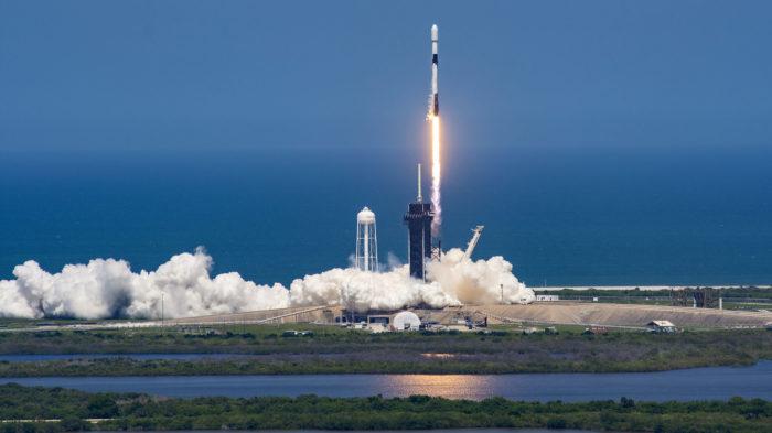 Falcon 9 em lançamento de satélites Starlink (Imagem: divulgação/SpaceX)