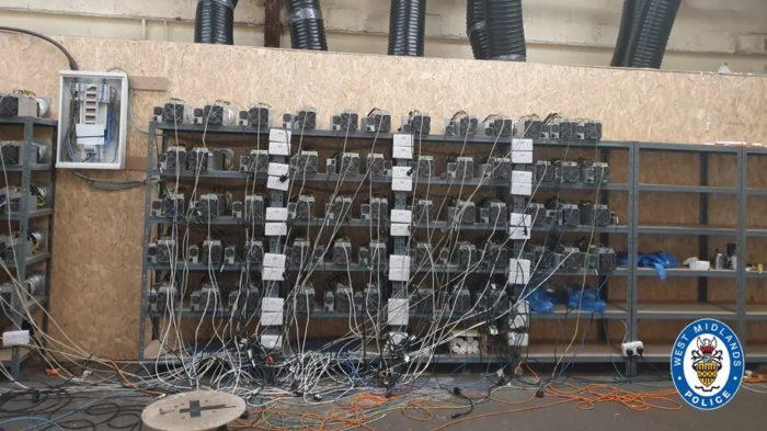 Polícia britânica fecha oepração de mineração de bitcoin que roubava energia elétrica (Imagem: Reprodução/ West Midlands Police)