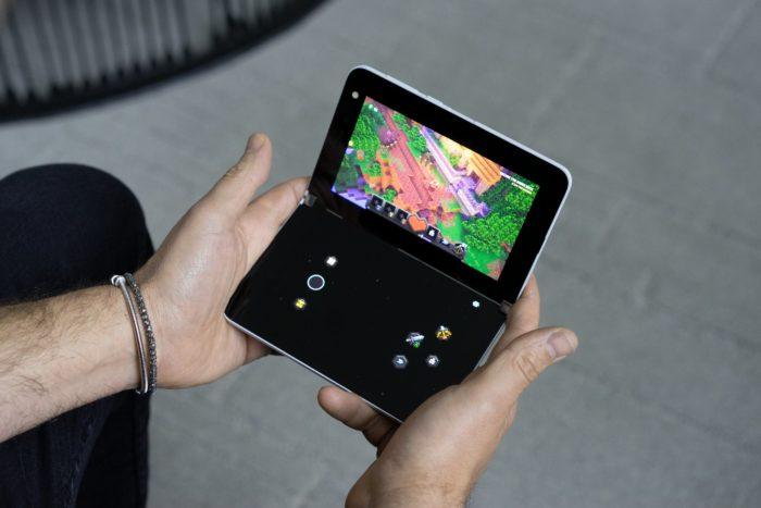 Surface Duo exibe controle virtual em uma das telas (Imagem: divulgação/Panos Panay)