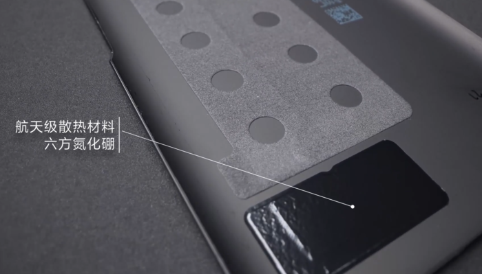 Camada para dissipar calor na tampa traseira do Redmi K40 Gaming Edition (Imagem: Reprodução/Gizmochina/Xiaomi)