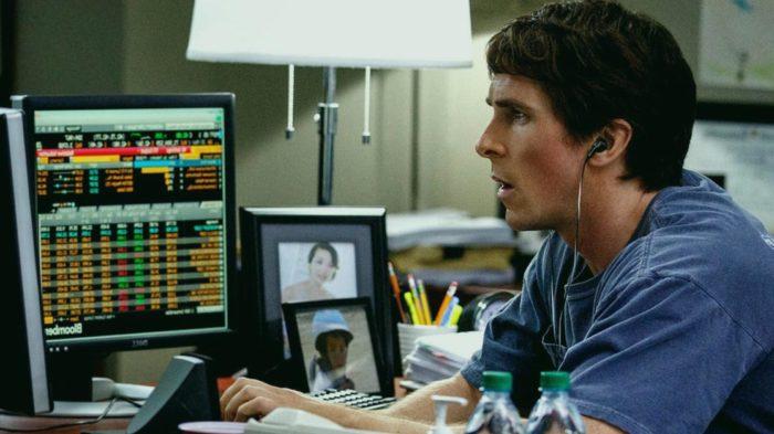 """Christian Bale interpreta o economista Michael Burry no filme """"A Grande Aposta"""" (Imagem: Reprodução)"""