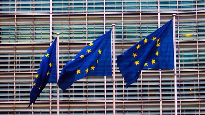 Bandeiras da UE, que abriu mais uma investigação contra o Google (Imagem: TeaMeister/ Flickr)