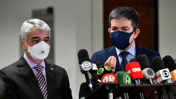 O senador Randolfe Rodrigues (Rede-AP) fala com a imprensa ao lado do parlamentar Humberto Costa (PT-PE) (Imagem: Foto: Leopoldo Silva/Agência Senado/Flickr)