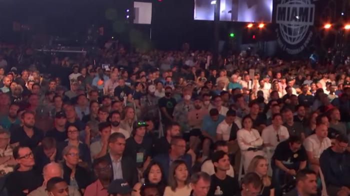 Conferência Bitcoin 2021 gerou aglomerações em Miami (Imagem: Reprodução/YouTube)