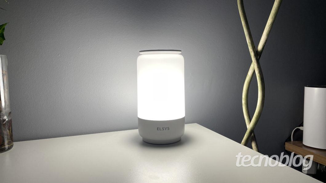 Luminária inteligente Elsys (Imagem: Darlan Helder/Tecnoblog)