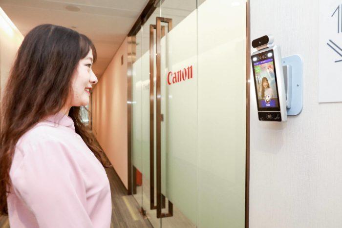 Sorria ou você não vai entrar nesta sala de reunião (Imagem: Divulgação / Canon)