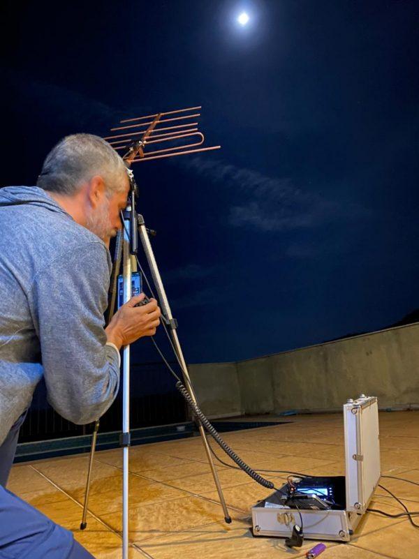 Márcio Gandra testando o equipamento que teria enviado bitcoin à Lua via ondas de rádio (Imagem: Reprodução/Satoshi.Radio.Br)