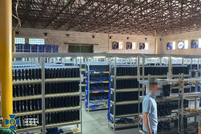Instalação usava milhares de PS4 Pro para minerar criptomoedas (Imagem: Reprodução/ Serviço de Segurança da Ucrânia)