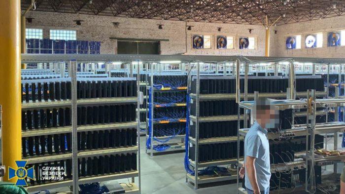 Autoridades ucranianas acreditavam que consoles PS4 apreendidos eram usados para minerar criptomoedas (Imagem: Reprodução/ Serviço de Segurança da Ucrânia)