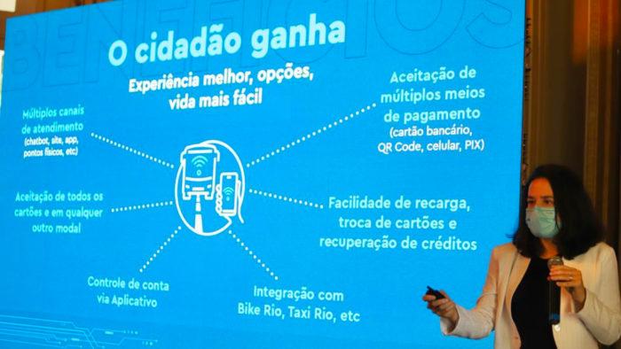 Maína Celidonio, Rio's Transport Secretary, presents a digital ticketing project (Image: Beth Santos/City Hall)