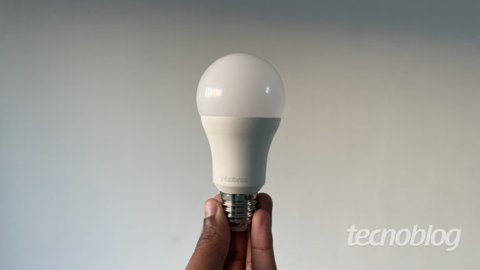 Smart lâmpada Intelbras EWS 410 (Imagem: Darlan Helder/Tecnoblog)