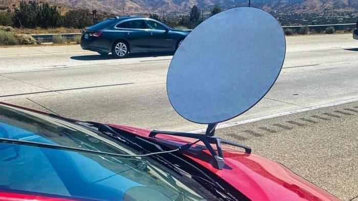 Alguém colocou uma antena da Starlink no carro (Imagem: CHP - Antelope Valley / Facebook)