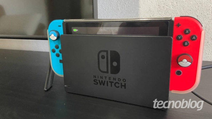 Nintendo Switch encaixado na dock (Imagem: Murilo Tunholi/Tecnoblog)