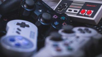 Como comprar controles para consoles de videogame antigos