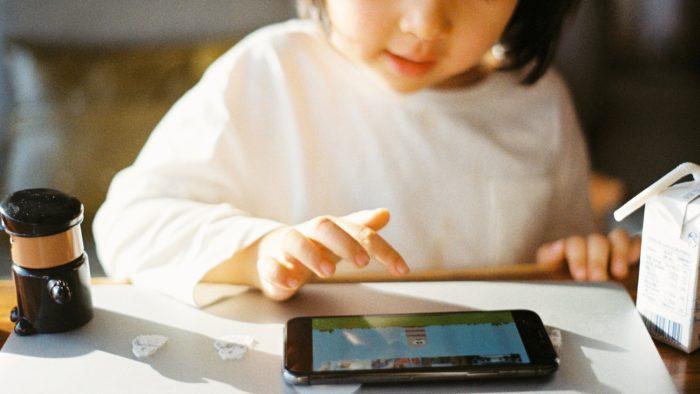Criança jogando no celular (Imagem: zhenzhong liu/Unsplash)