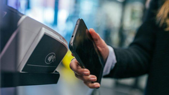 Saiba como descobrir se o seu celular tem NFC e como usar (Imagem: Jonas Leupe/Unsplash)
