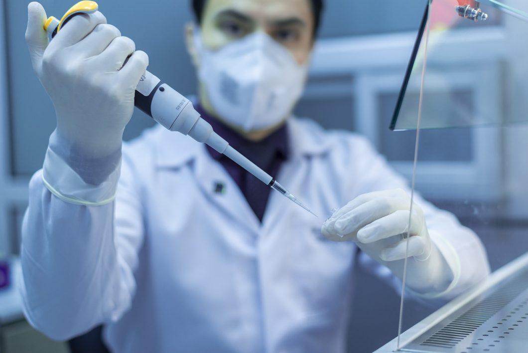 Cientista em um laboratório (Imagem: fernando zhiminaicela/Pixabay)